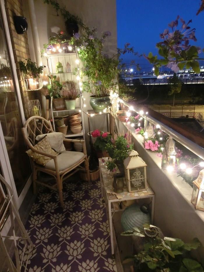 Svetielka, sviečky a zeleň dodajú balkónu krásny romantický nádych.