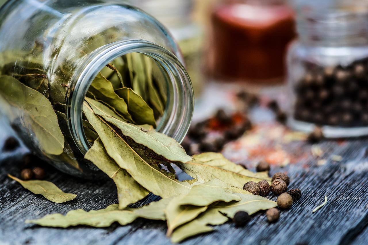 Bobkový list sa hodí takmer kuvšetkému – odpikantných mäsových pokrmov čirýb, cezcestoviny aomáčky, až kpolievkam.