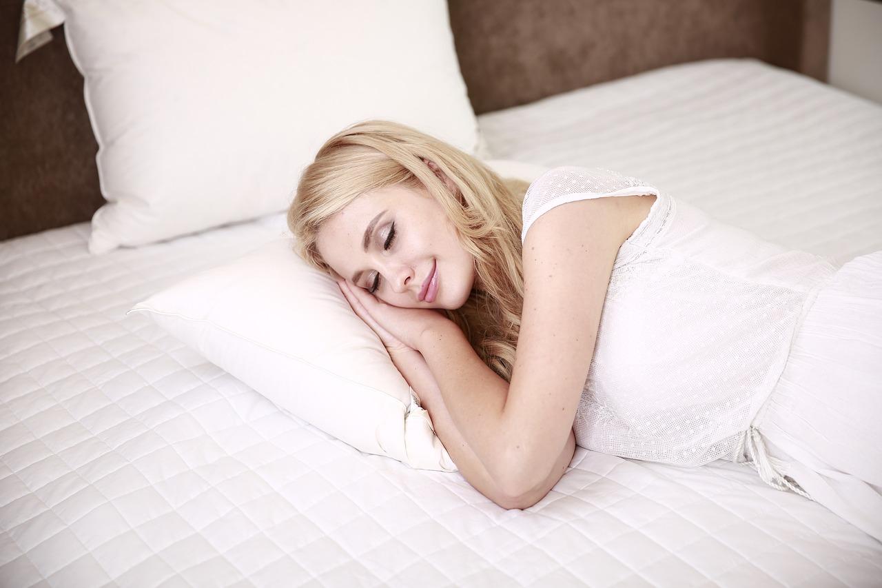 Pred spánkom si oči dôkladne odlíčte asnažte sa špirálu nanášať len na konce rias.