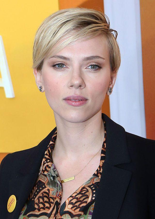 Scarlett Johansson a jej sexi krátky zostrih.